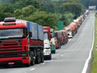 Caminhoneiros fazem protestos nas estradas contra aumento de combustíveis – Manifestações são parte de greve nacional dos transportadores de cargas.